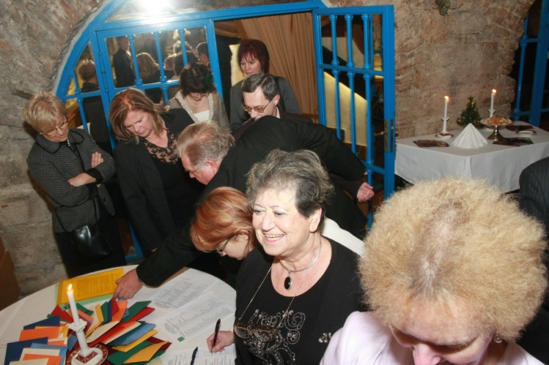 ISO 9000 FÓRUM évzáró kultúrális rendezvénye - Sikeres volt a Budai Várban tartott térítésmentes 2011. évi évzáró kulturális rendezvény is. A több mint 60 résztvevő a Budavári Fortuna Étterem Lovagtermében találkozott baráti beszélgetésre. Régi és új ismerősök találkoztak és jó érzés volt látni, hogy