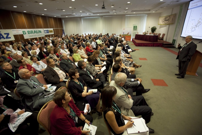 XX. Nemzeti Konferencia: Plenáris és csoportos fotók - Az ISO 9000 FÓRUM 2013. szeptember 12-13. között rendezte meg Balatonalmádiban a RAMADA Balaton Hotelben a jubileumi XX. Nemzeti Konferenciát. Az első nap délelőtt volt a teltházas Plenáris és az alapítók díjazása.